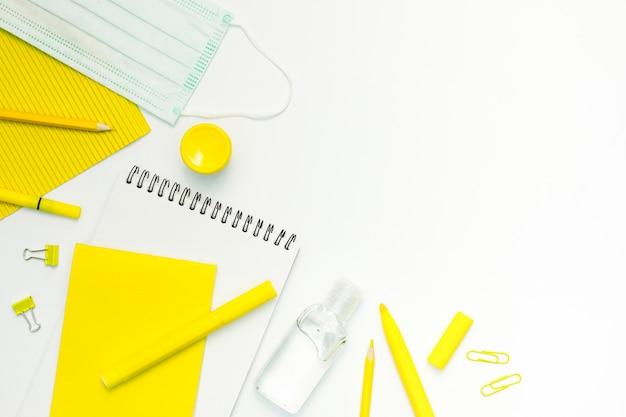 Articles scolaires avec fond blanc