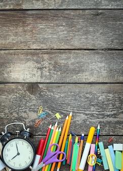 Articles scolaires sur une table en bois