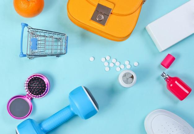 Articles de shopping divers sur table bleue. vue de dessus.