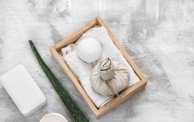Articles de soins de la peau spa dans une boîte en bois