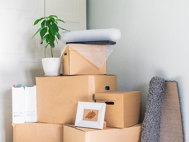 Les articles sont emballés dans de grandes boîtes en carton et attendent d'être livrés dans la nouvelle salle
