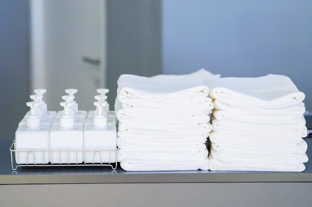 Articles de toilette; shampoing, savon, revitalisant et serviette sur le comptoir touristique à l'avant de la salle de douche.