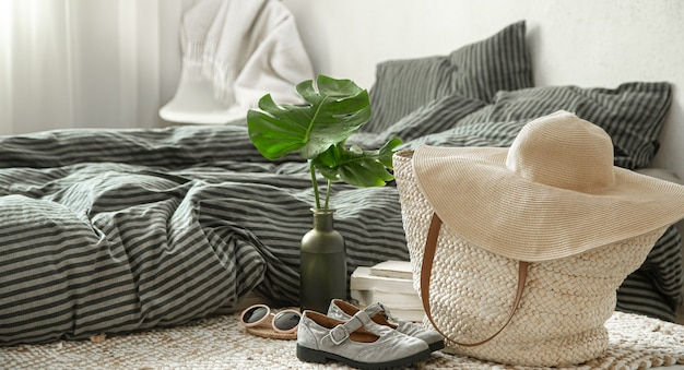 Articles de vêtements dans un intérieur chaleureux. concepts de style et de confort.