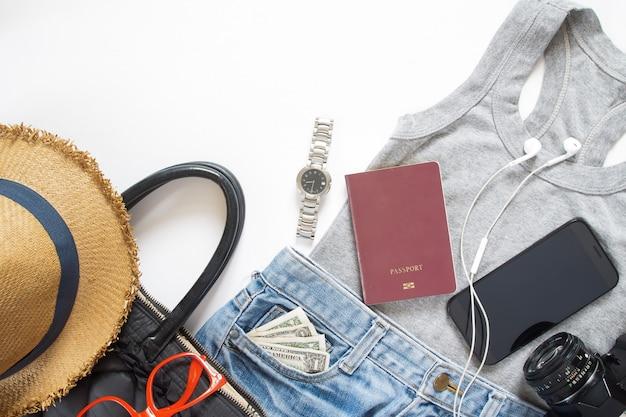 Articles de voyage d'été et accessoires pour fille avec appareil mobile, flat lay sur fond blanc