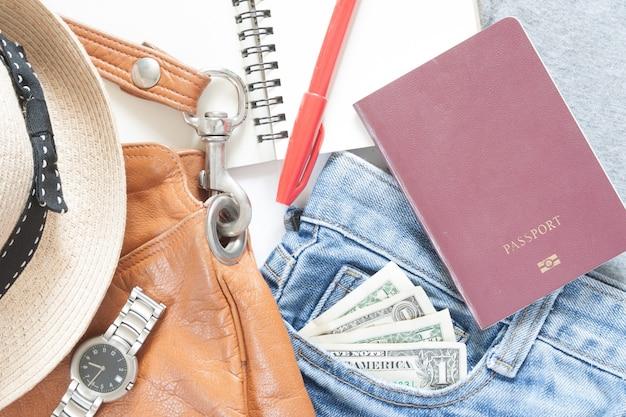 Articles de voyage d'été et accessoires pour fille, flat lay, closeup