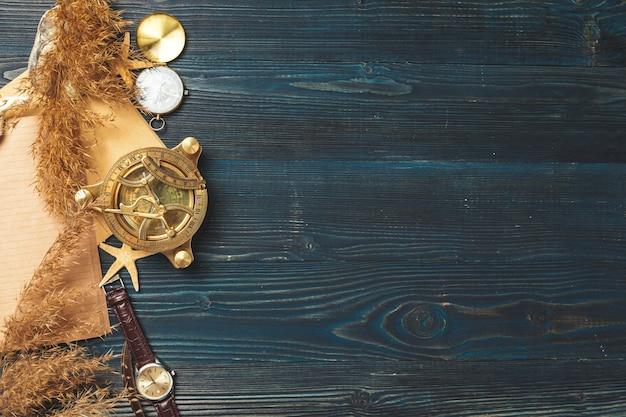 Articles de voyage sur table en bois.