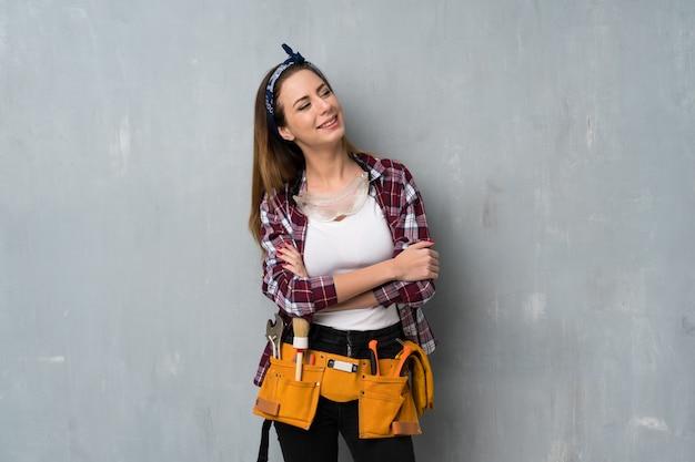 Artisan ou électricien femme heureuse et souriante