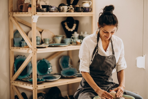 Artisan femme dans un magasin de poterie
