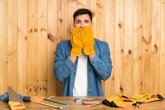 Artisan homme sur bois avec expression faciale surprise