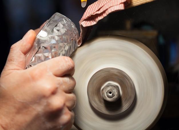 Artisan lors du ponçage d'un cendrier en cristal