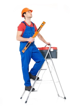 Artisan avec des outils avec des escaliers, portrait complet sur blanc