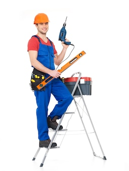 Artisan avec des outils avec des escaliers, portrait complet sur fond blanc