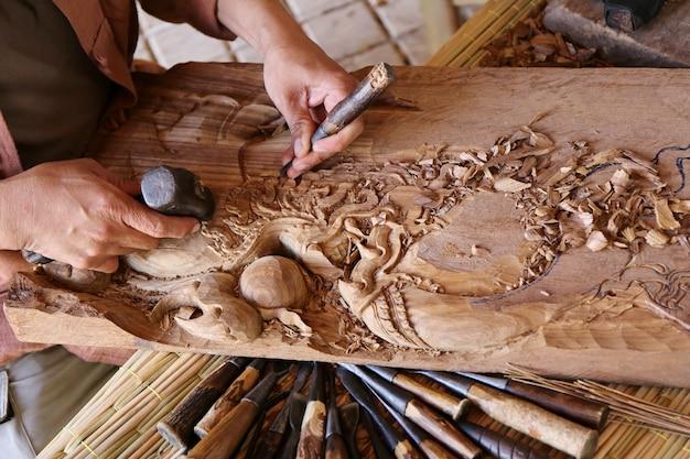 Artisan sculptant du bois