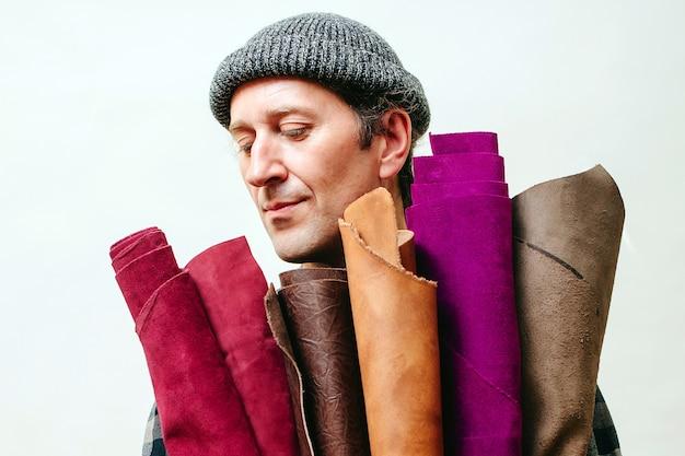 L'artisan tient un ensemble de cuir multicolore pour la production. concept d'entreprise et d'entrepreneur.