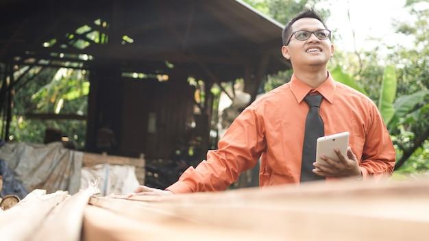Artisanat du bois homme d'affaires asiatique