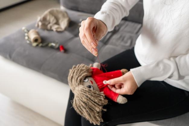 L'artisanat est un passe-temps fascinant. la personne coud des poupées à loisir.