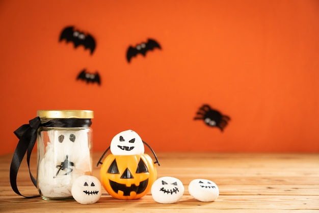 Artisanat d'halloween avec fond orange et espace de copie pour le texte.