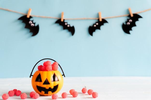 Artisanat d'halloween sur une table en bois avec espace de copie pour le texte. concept d'halloween