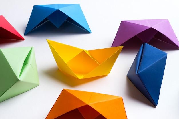 Artisanat en papier fait main coloré lumineux, sur un fond blanc copiez l'espace
