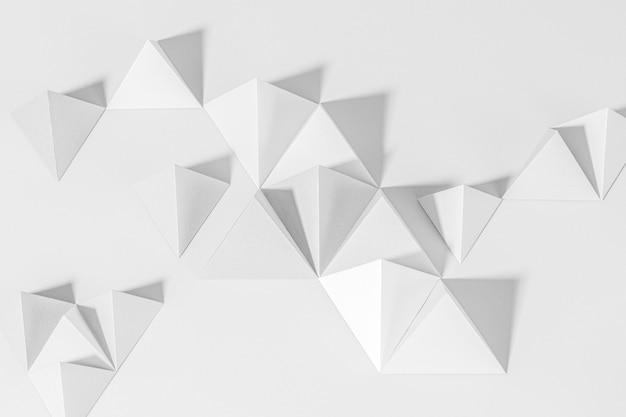 Artisanat en papier pyramide gris 3d sur fond gris