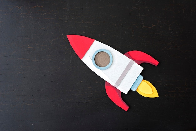 Artisanat de papier de vaisseau spatial de fusée sur un fond noir
