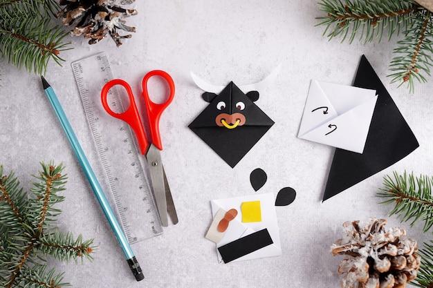 Artisanat pour enfants. comment faire taureau en papier, symbole de la nouvelle année 2021. vue de dessus, pose à plat