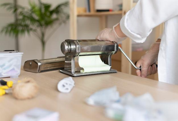 Artisane travaillant dans l'atelier avec de l'argile