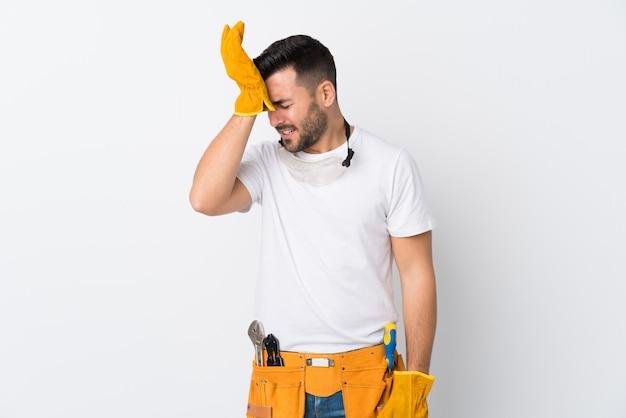 Artisans ou électricien homme sur mur blanc isolé ayant des doutes avec l'expression du visage confus