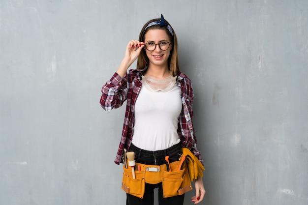 Artisans ou femme électricien avec des lunettes et surpris