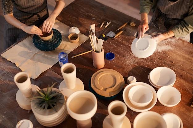 Artisans travaillant la céramique