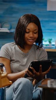 Artiste afro-américain paralysé utilisant une tablette numérique