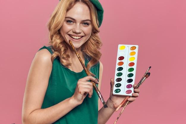 Artiste en béret vert à l'aquarelle et pinceau isoalté