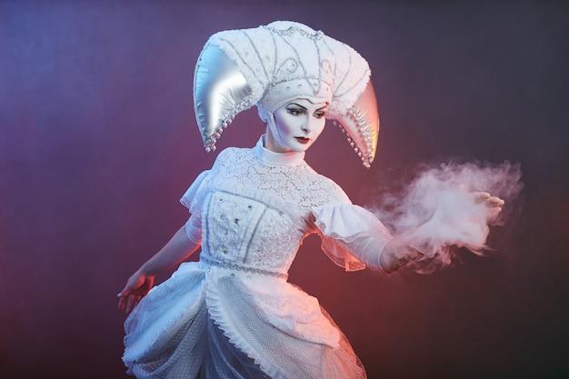 Artiste de cirque montre des tours avec des bulles de savon
