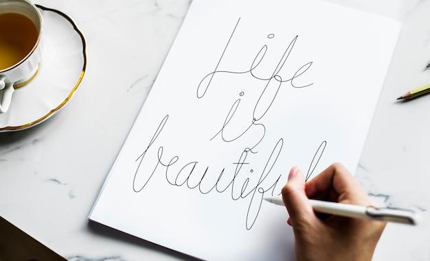 Un artiste créant une œuvre d'art à la main
