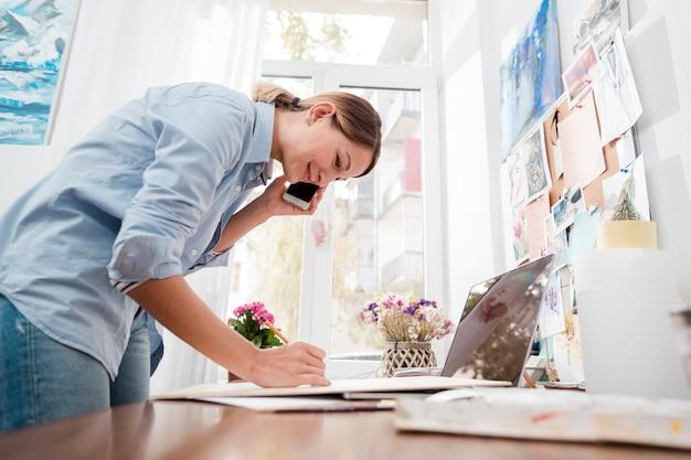 Artiste créatif parlant au téléphone
