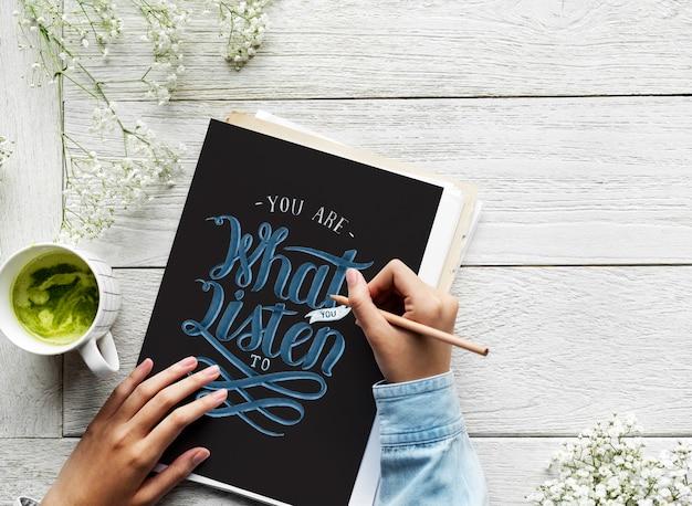 Un artiste crée des illustrations à la main à partir d'une citation de motivation