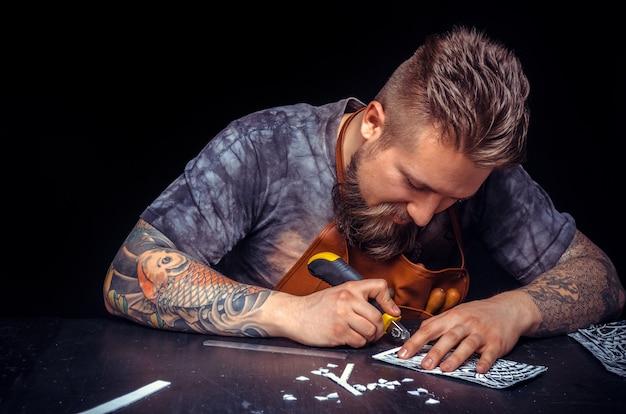 L'artiste en cuir produit des articles en cuir à l'atelier