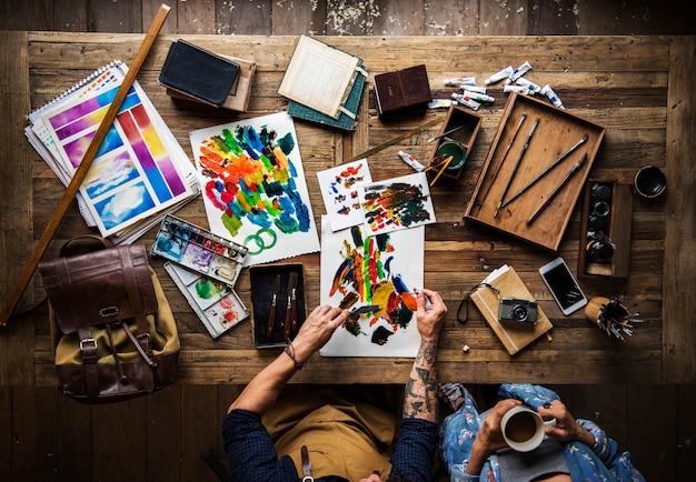 Artiste dessin avec de la peinture acrylique