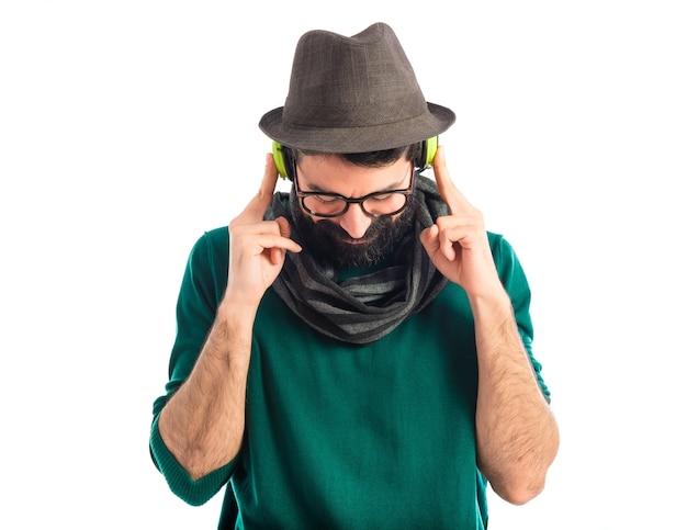 Artiste écoutant de la musique