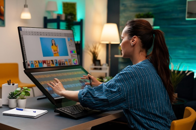 Artiste de l'éditeur de photos effectuant un travail sur le pavé tactile sur la retouche d'image