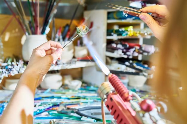 Artiste faisant des perles de verre à la main gros plan