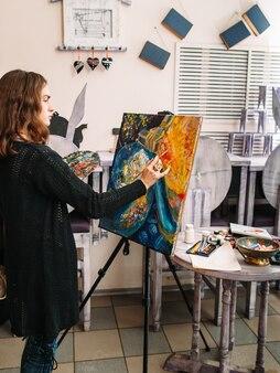Artiste féminine créant une peinture abstraite colorée