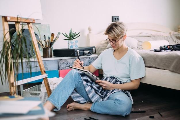 Une artiste féminine crée un studio d'esquisse d'une personne créative