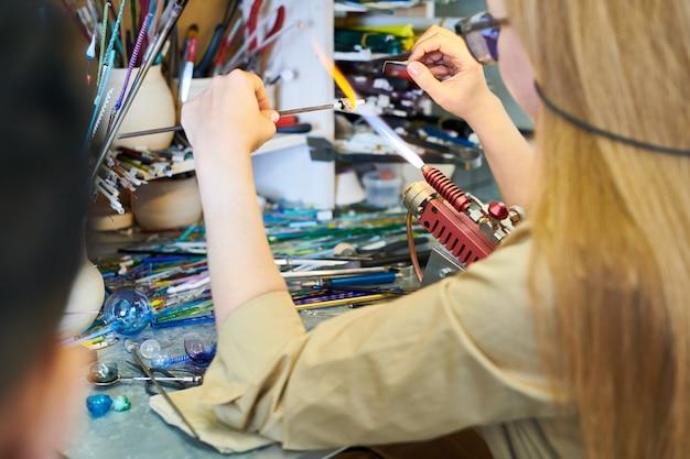 Artiste féminine façonner le verre