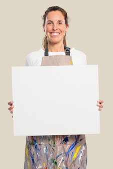 Artiste féminine montrant une toile blanche avec un espace design