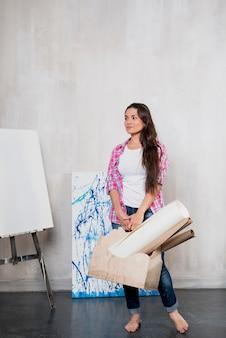 Artiste féminine présentant un ordinateur portable