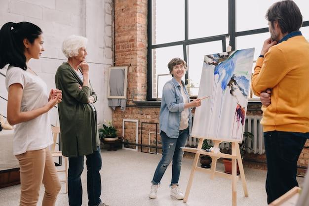 Artiste féminine présentant la peinture