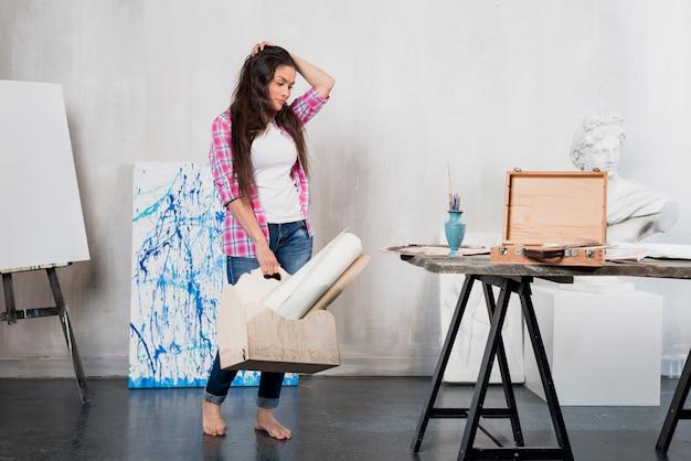 Artiste féminine en quête d'inspiration