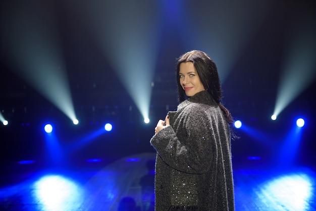 Artiste femme beauté sur scène.
