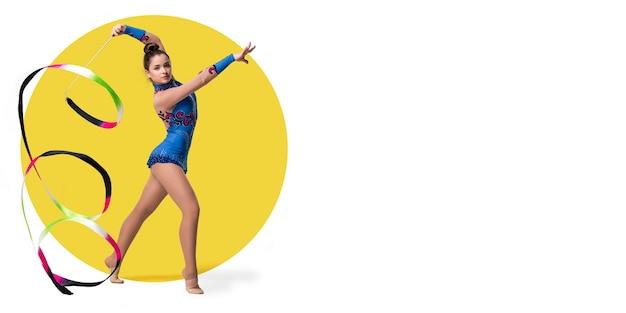 Artiste de gymnastique rythmique professionnelle formation sportive sur fond blanc